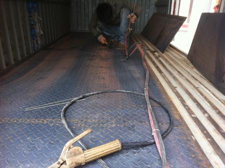安装汽车尾板 车厢地板铺花纹板
